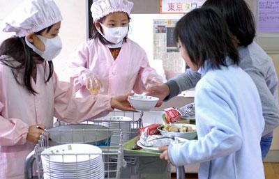 教育長「自校・親子方式の実施考えていない」と答弁。中学生にも温かい給食を